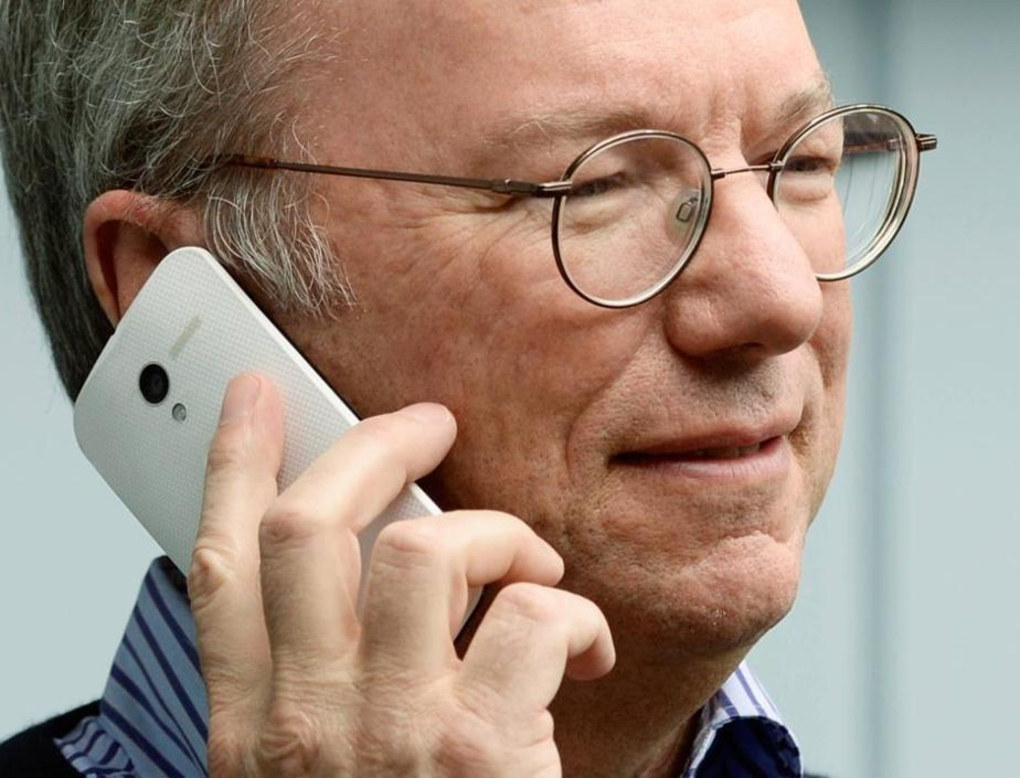 Eric Schmidt with the Moto X